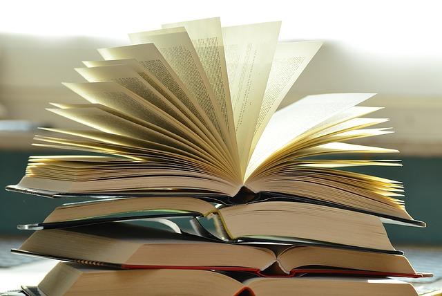 booksforlanguagelovers-1082942_640
