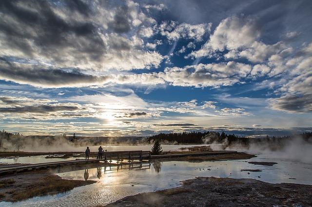 yellowstone_sunset-1119119_640