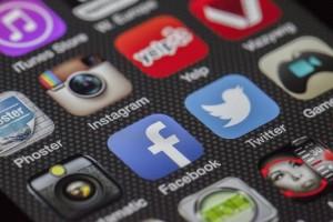 tela de celular com mídias sociais twitter