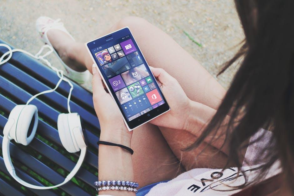 garota vendo aplicativos