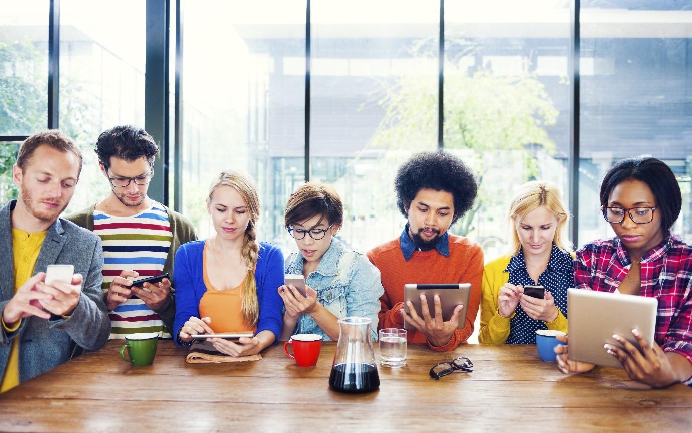 estudantes usando celular