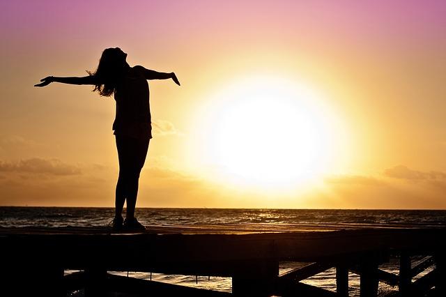 ragazza-donna-felice-tramonto
