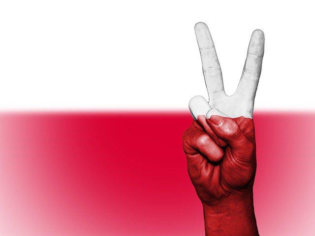 polaco-mano-victoria-bandera polonia