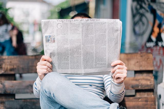 mężczyzna_czytający_gazetę