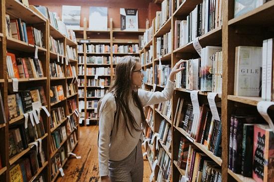 studentessa-biblioteca-libri-ricerca