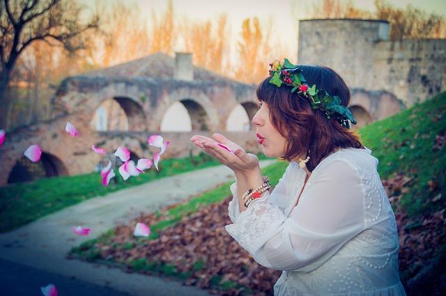 kobieta i płatki róż