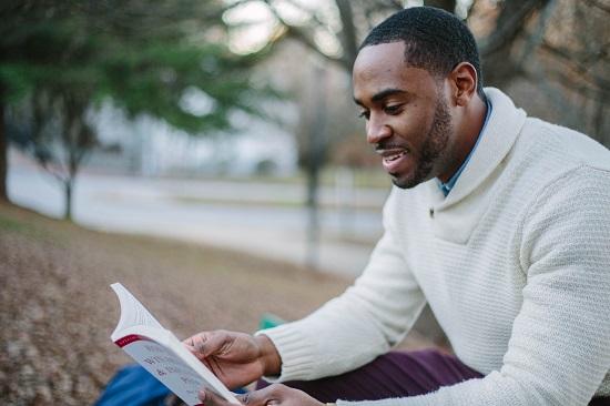 studiare-studente-leggere-ragazzo-scuola