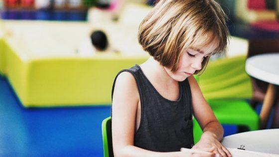 crianca estudando