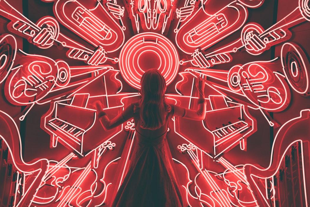 garota vendo símbolos musicais vislumbra os vencedores do grammy 2019