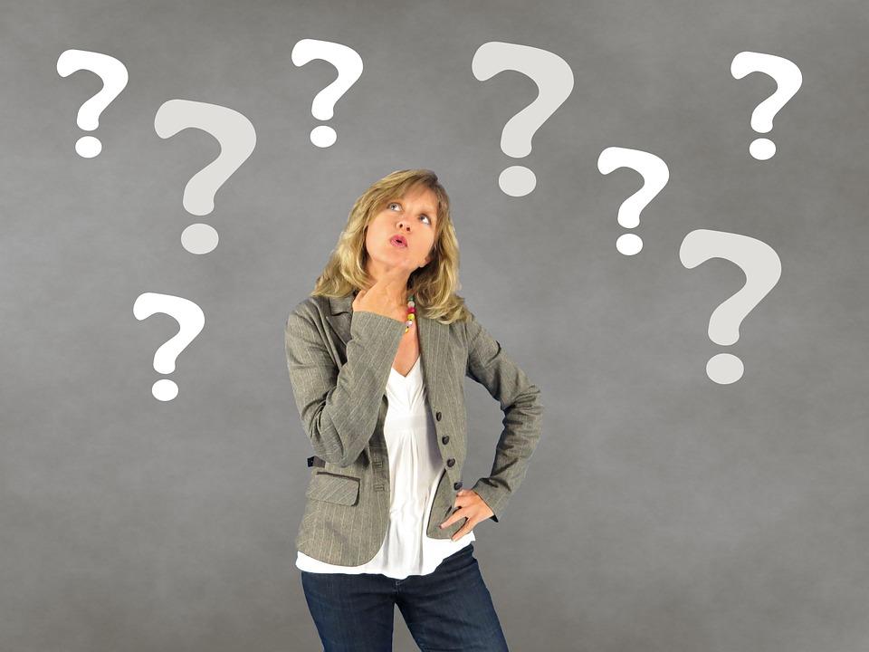 mulher se pergunta quando usar o simple present ou o present continous