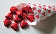 Poznaj walentynkowe słownictwo po angielsku w tym czekoladę i serduszka.